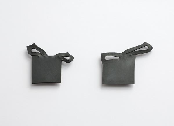 "2 Broschen, ""fixed movement"", Kupfer oxidiert"